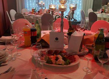 uredenje stola za svadbenu svecanost u restoranu taverna kraljevec, cvijece, stalak za cvijece, tanjuri, case, bestek
