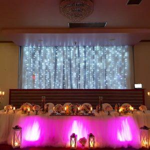 ukrašeni stol za mladence u sali za svadbe Velika dvorana u restoranu Taverna Kraljevec izdaleka slikano