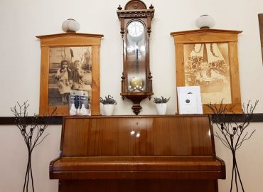 ukrasi klavir i antikni zidni sat u sali Restoran restorana Taverna Kraljevec