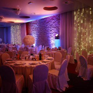 restoran Taverna Kraljevec u Zagrebu sala za svadbe Velika dvorana stolice i stolovi lampice ukrasi