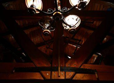 luster i osvjetljenje u sali za svadbe Dvorana u prizemlju restorana Taverna Kraljevec