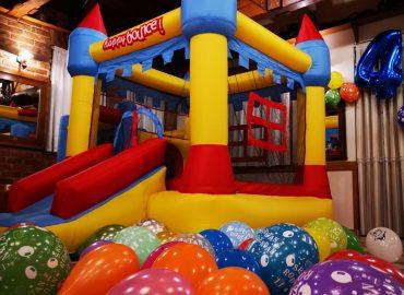 dvorac na napuhavanje, baloni za proslavu rodendana, djecji kutak u sali za svdbe Dvorana u prizemlju / Rustika restorana Taverna Kraljevec