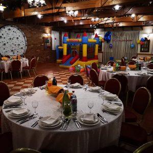 postava okruglih stolova i stolica dvorane za svadbe Dvorana u prizemlju/Rustika restorana Taverna Kraljevec