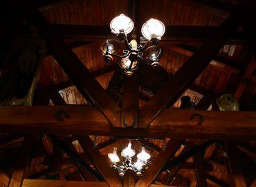 izlged stropa, ukrasi i osvjetljenje u sali za svadbe i razne proslave Dvorana u prizemlju restorana Taverna Kraljevec