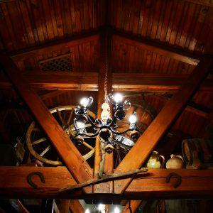 izlged stropa, ukrasi, bicikl i osvjetljenje u sali za svadbe i razne proslave Dvorana u prizemlju restorana Taverna Kraljevec