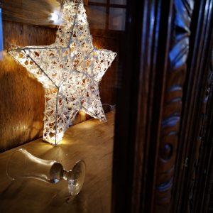 bozicni ukras zvijezda u sali Restoran restorana Taverna Kraljevec