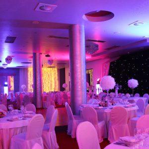 izgled stola i stolica taverna kraljevec slikano iz daleka rozo osvjetljenje