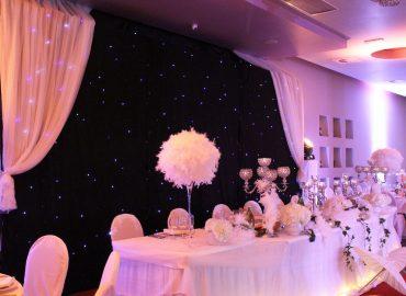 ukrašeni stol za mladence u sali za svadbe Velika dvorana u restoranu Taverna Kraljevec izdaleka slikano bijeli ukrasi