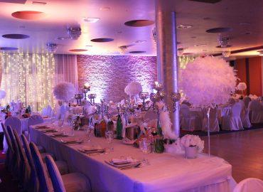 ravni stolovi u sali za svadbe u Taverni Kraljevec