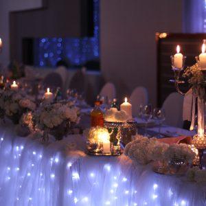 uređenje stola za mladence - svijece lampice cvijece case svijecnjaci