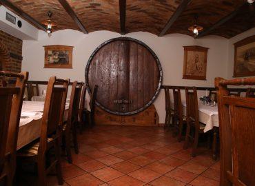 Ukras velika drvena bacva na zidu tradicionalne sale u dvorani Restoran restorana Taverna Kraljevec