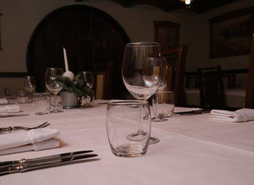 postava stola, bestek, tanjuri i case u sali Restoran
