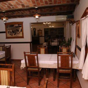 izgled tradicionalne sale, stola i stolica u dvorani Restoran restorana Taverna Kraljevec