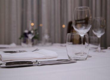 postava stola, bestek, tanjuri i case iz bliza u sali Restoran