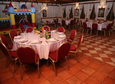 stolovi i stolice, postava stola u sali za razne proslave u restoranu Taverna Kraljevec