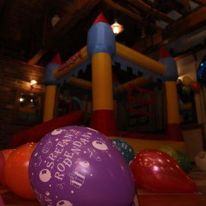 djecji kutak sa dvorcem i balonima u sali za svdbe restorana Taverna Kraljevec