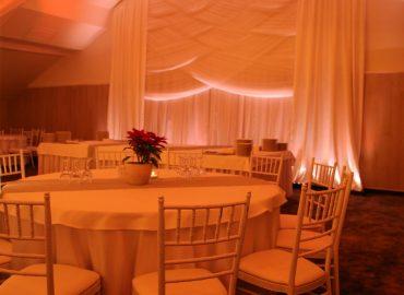 Baldehini, Tiffany stolice i stolovi u sali za svadbe Dvorana na katu restorana Taverna Kraljevec u narandastom osvjetljenju