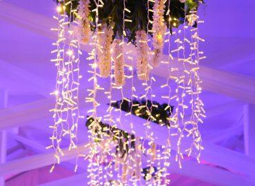 luster u svadbenoj sali Dvorana na katu restorana Taverna Kraljevec u ljubicastom osvjetljenju