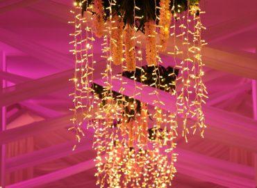 luster u svadbenoj sali Dvorana na katu restorana Taverna Kraljevec u rozom osvjetljenju