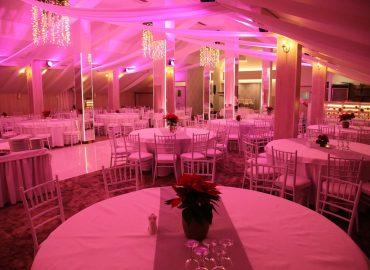 Tiffany stolice i stolovi u sali za svadbe Dvorana na katu restorana Taverna Kraljevec