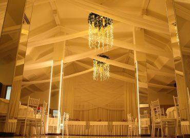 izgled sale za vjenjcanja dvorana na katu sa bine u narandastom osvjetljenju nizi pogled
