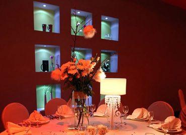 ukras stola, cvijece, case i bestek