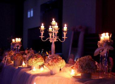 izgled stola za mladence svjecnjak i svijece, cvijece prekrasno