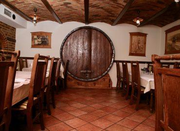 sala restoran za proslave sa velikom bačvom u restoranu Taverna Kraljevec